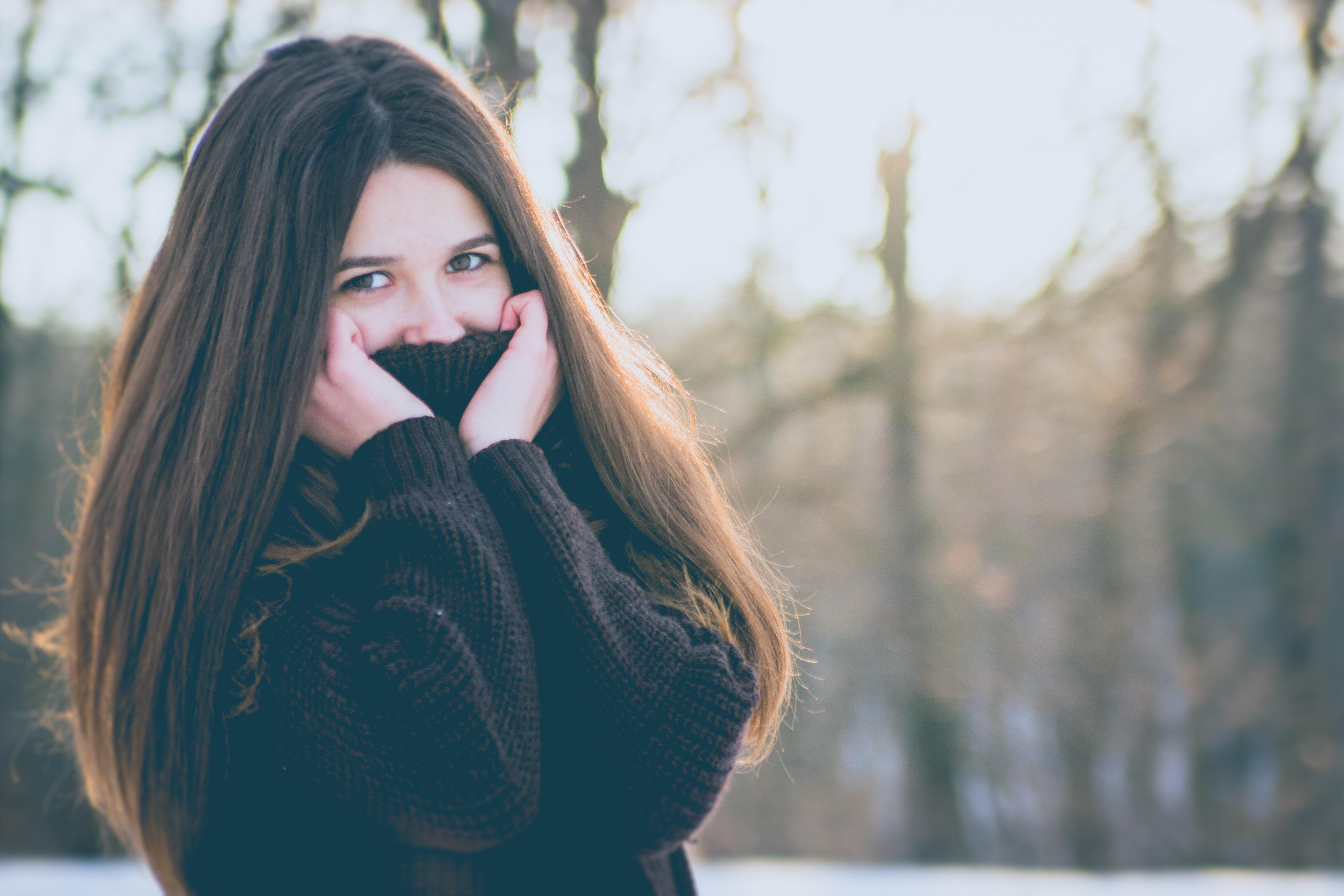 Ragazza con pelle secca sotto la neve Arganiae