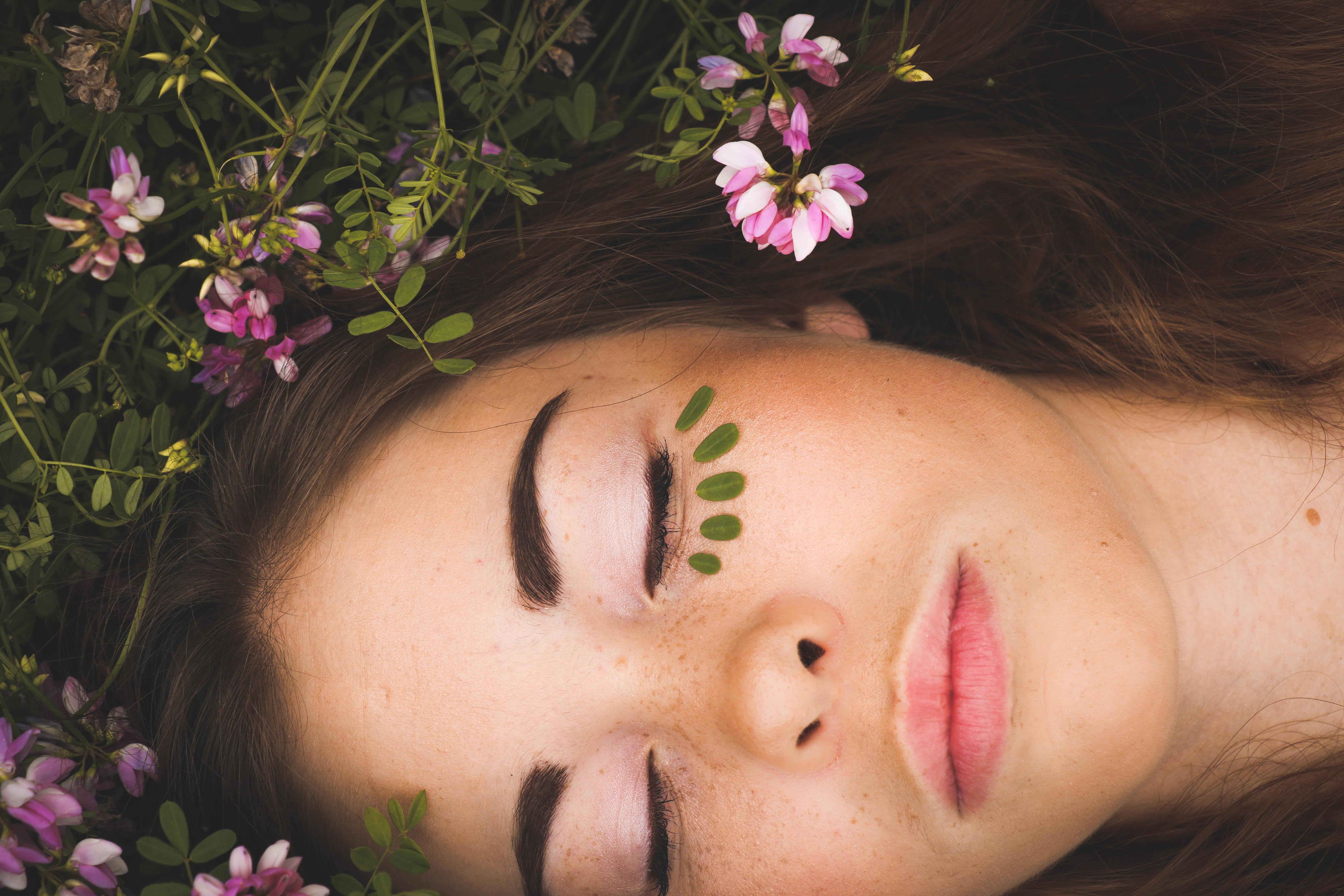 Ragazza che effettua trattamento di bellezza viso Arganiae